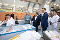 Medizinstudenten helfen in Krankenhauswäscherei